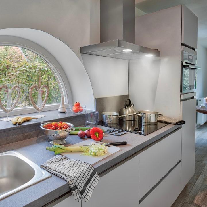 Deel van de keuken, wit, met snijplank en groenten