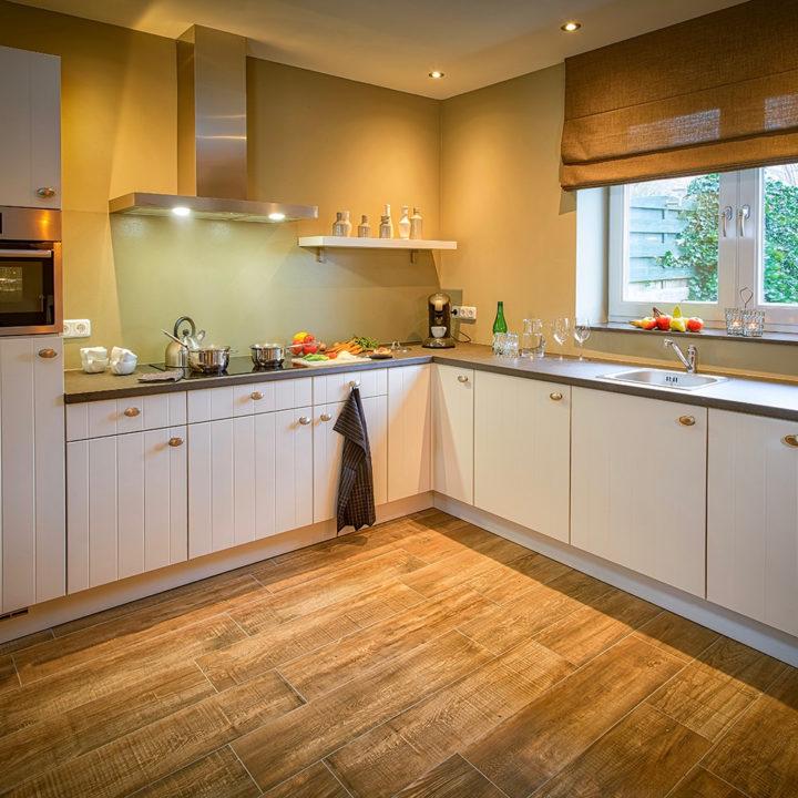 Witte landelijke keuken met beige achterwand