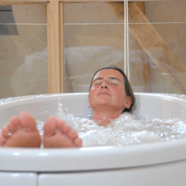 Een dame geniet in een bubbelbad