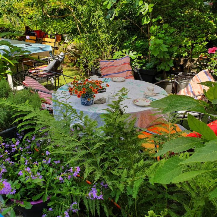 Zitjes in de tuin van een theetuin