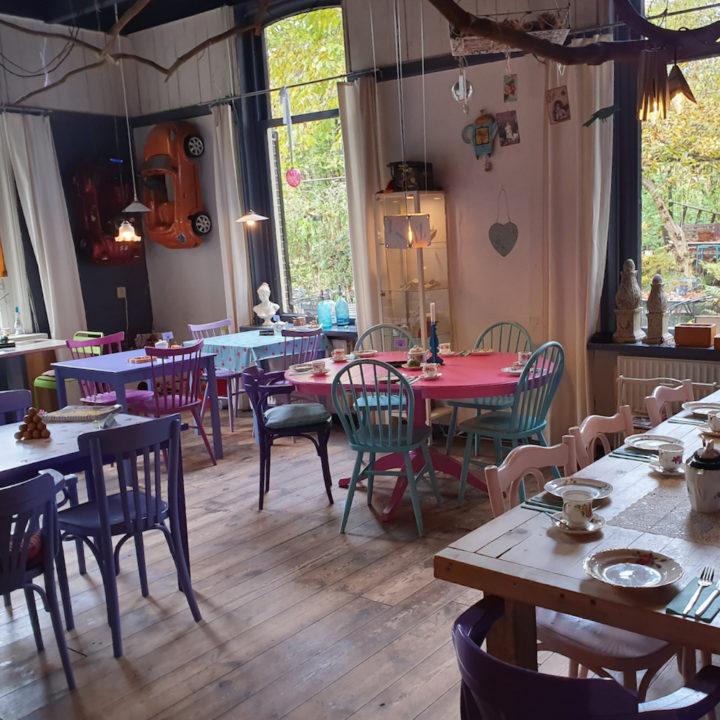 Gekleurde stoeltjes in een theehuis
