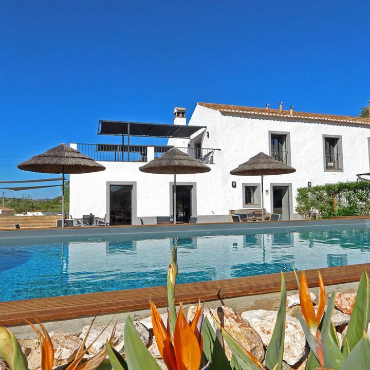 Aanzicht van Portugese verbouwde boerderij met zwembad ervoor