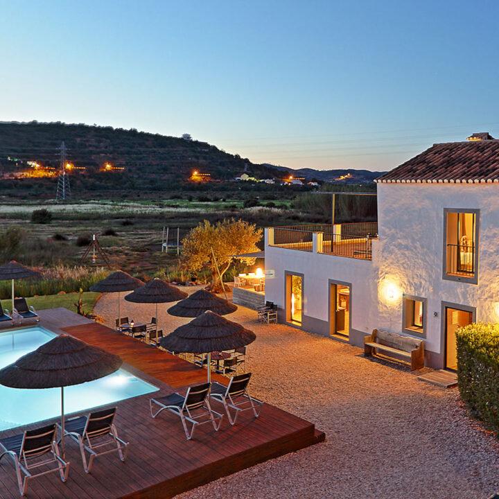 Vanaf het zwembad heb je mooi uitzicht op de omgeving en het dorpje Lamas.