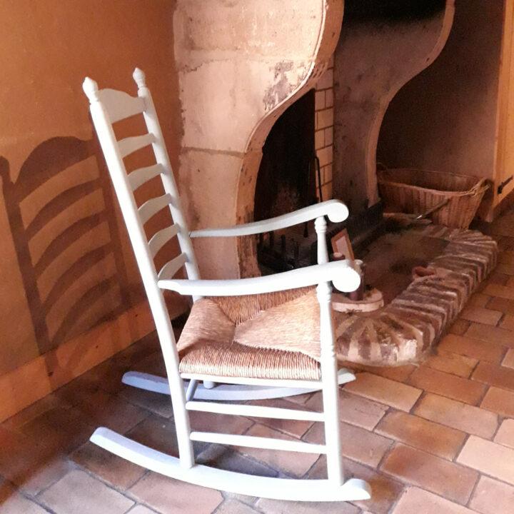 Schommelstoel bij de open haard in het vakantiehuis in Zuid-Limburg