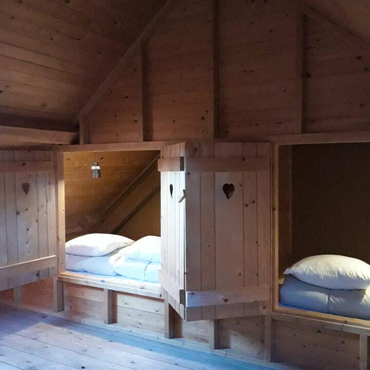 Twee bedstedes met luiken met hartjes in het vakantiehuis in zuid-Limburg