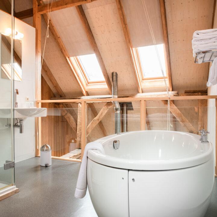 Vrijstaand bad in de boerderij lodge in Twente