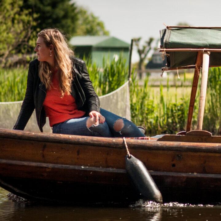 Meisje op de voorkant van de fluisterboot