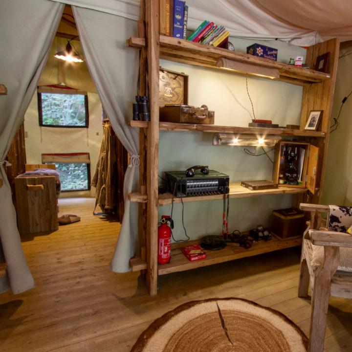 Boekenkast in een safaritent