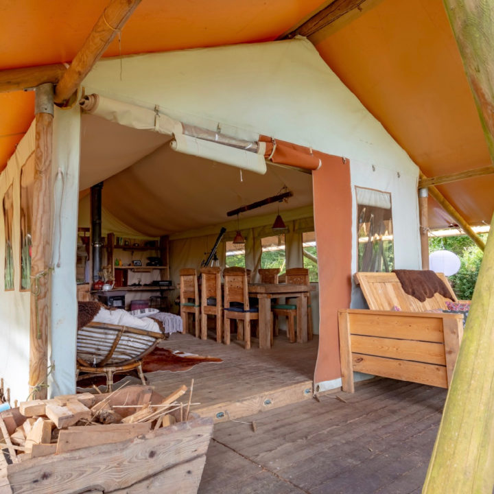 Veranda met opening van de safaritent