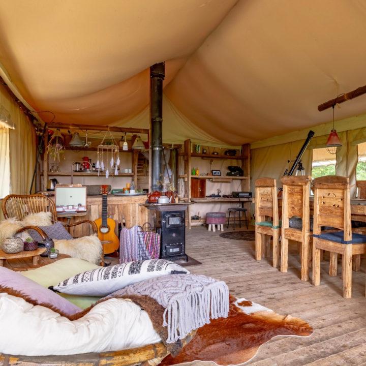Interieur van een safaritent met hippielook