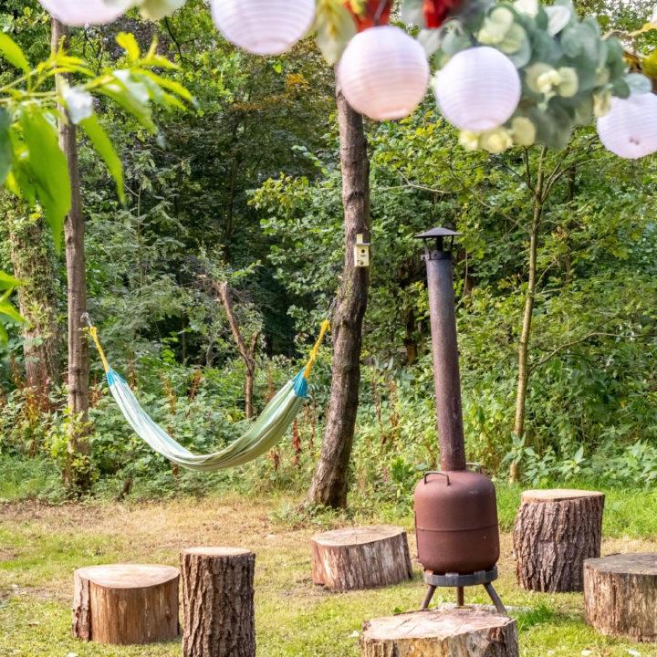 Buitenkachel met houten stronken als stoeltjes