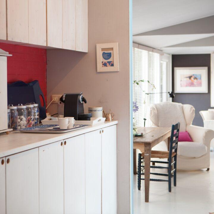 Bij de kamer zit een kleine keuken met magnetron en koelkast.