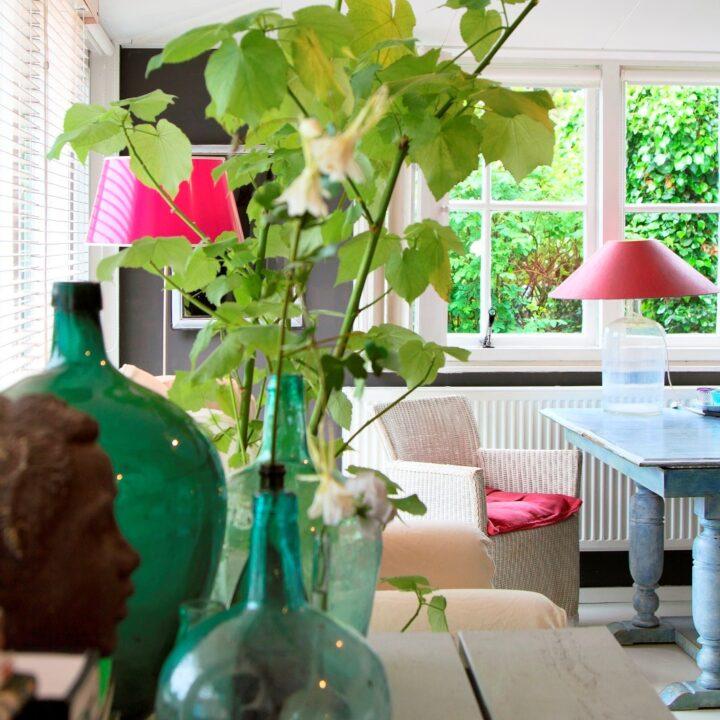 Grazen groene vazen met zicht op de fauteuil in de B&B kamer