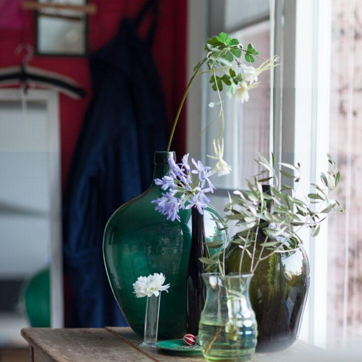 Vazen met bloemen op tafel in de B&B
