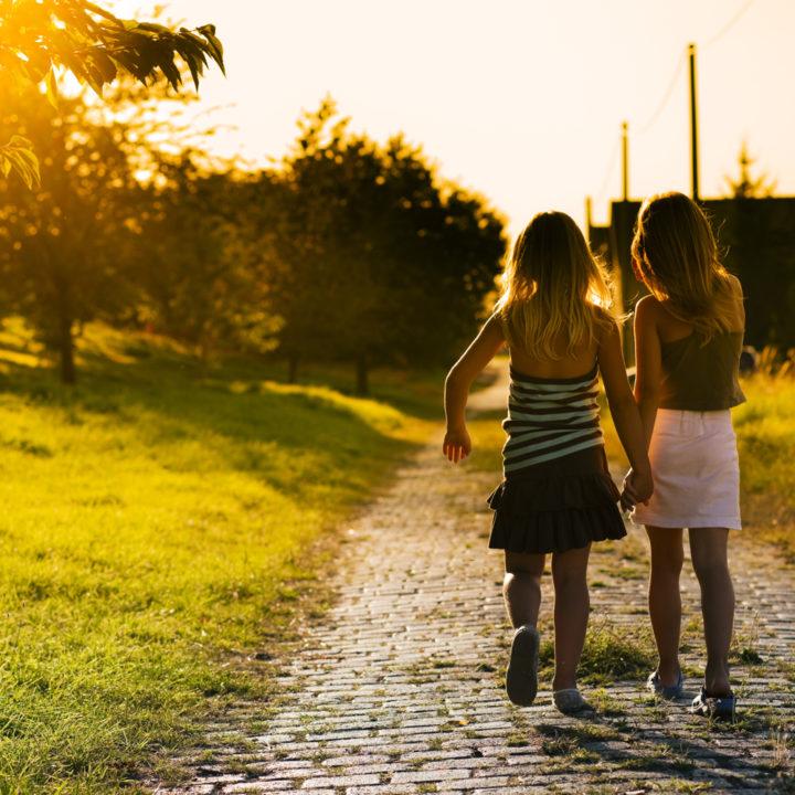 Twee kleine meisjes lopen op een pad