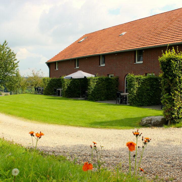In de graanschuur en stallen zijn verschillende luxe vakantie appartementen gebouwd, van 2 tot 10 personen.