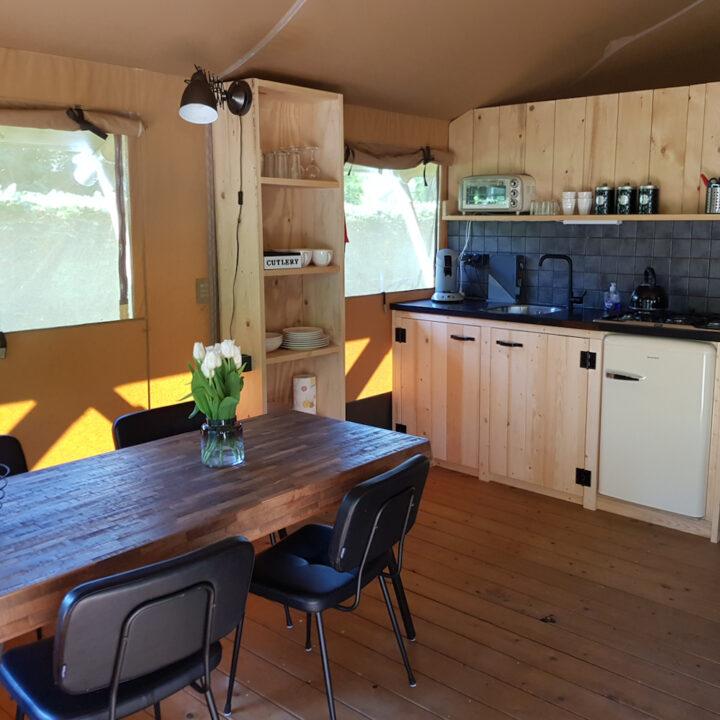 Luxe ingerichte safaritent in Drenthe