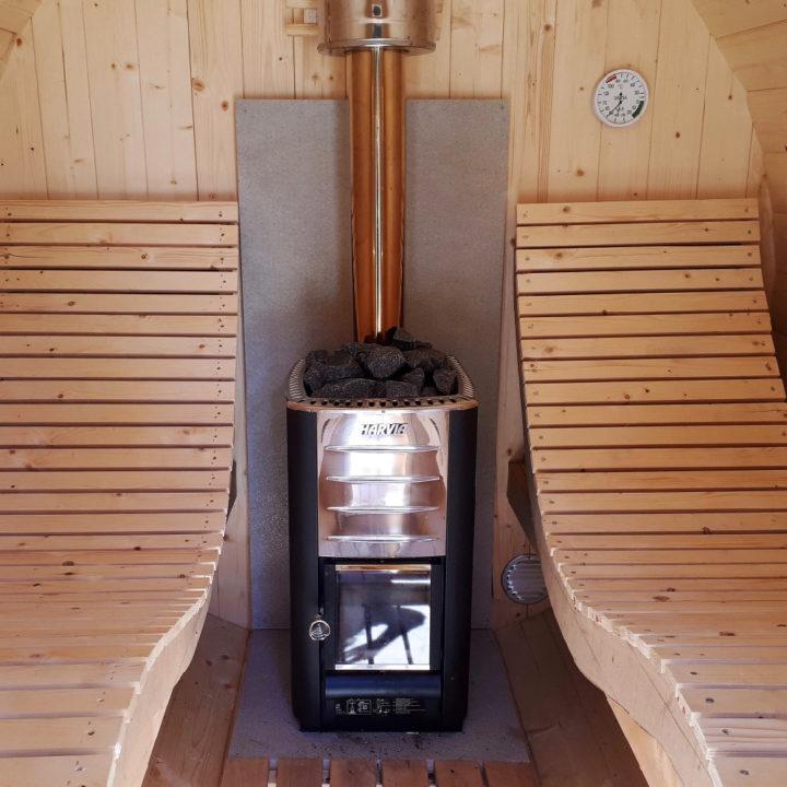 Houten ligstoelen in sauna