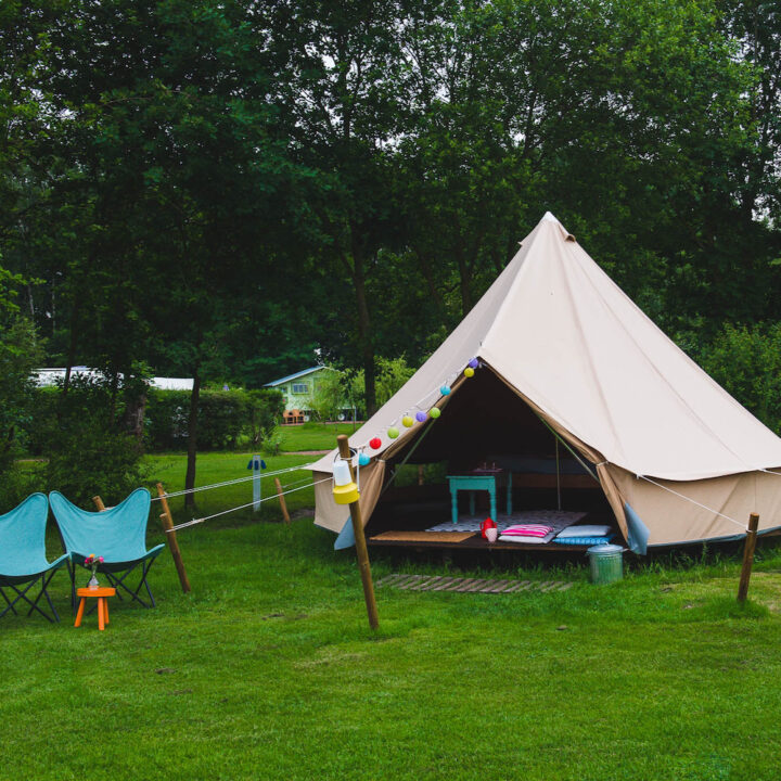 Ingerichte bell tent op de camping in Groesbeek