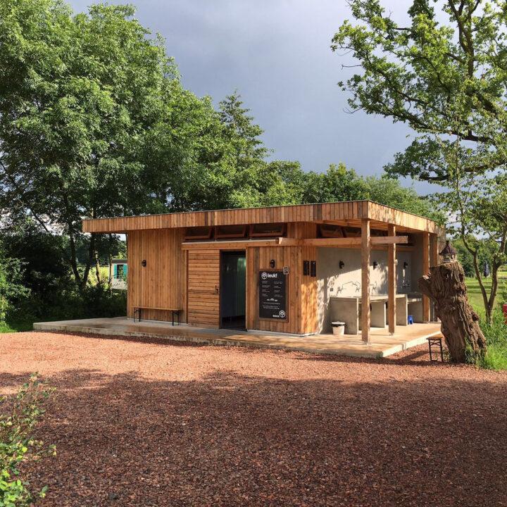 Modern sanitairgebouw op de camping