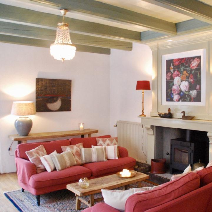 Gezellige woonkamer met zithoek voor de haard