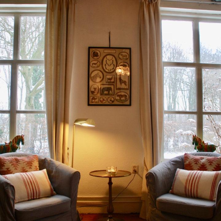 Twee fauteuils in het grijs, voor hoge boerderijramen