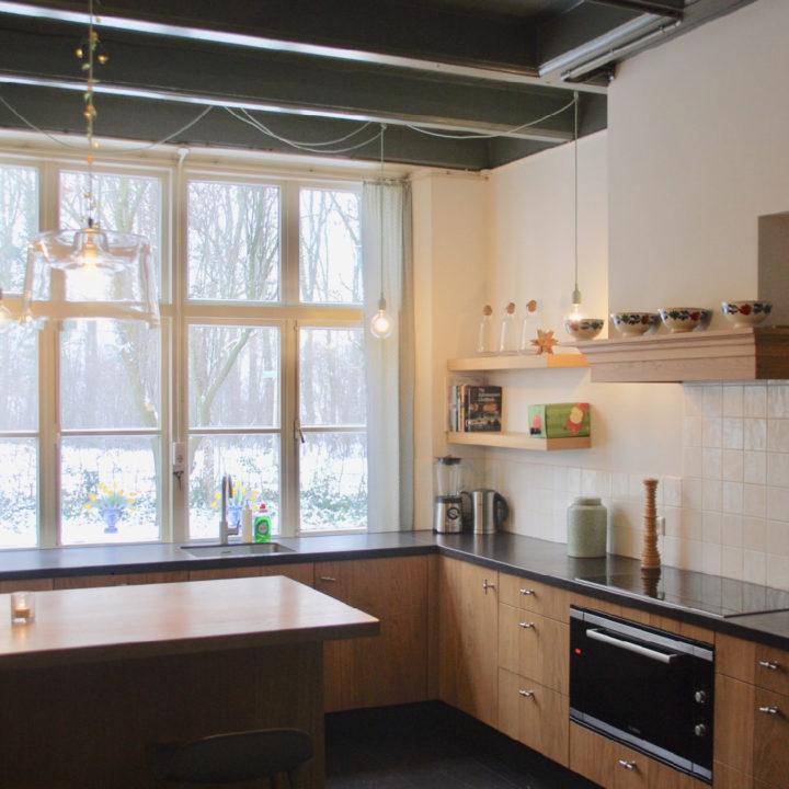 Moderne keuken met groot raam