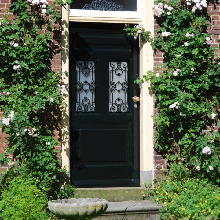 Voordeur met rozenstruiken