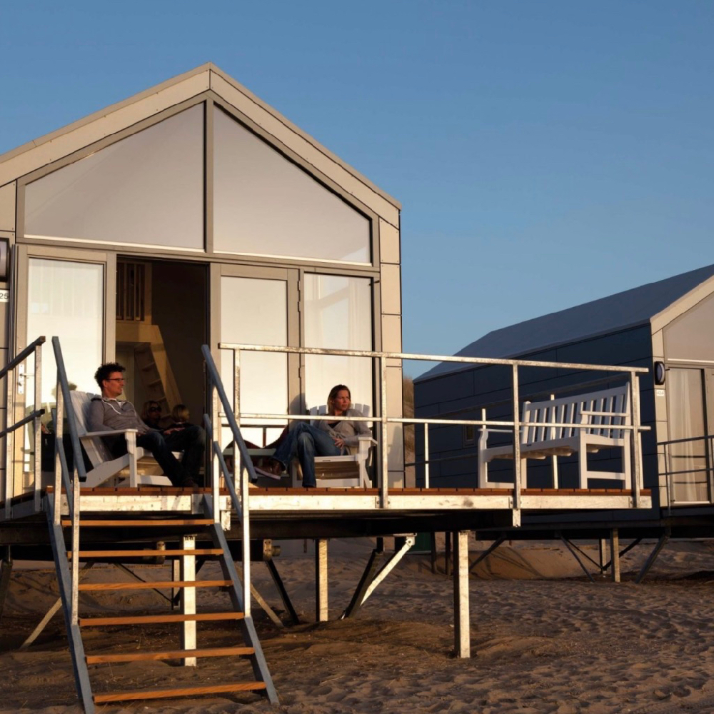 Strandhuisjes bij zonsondergang