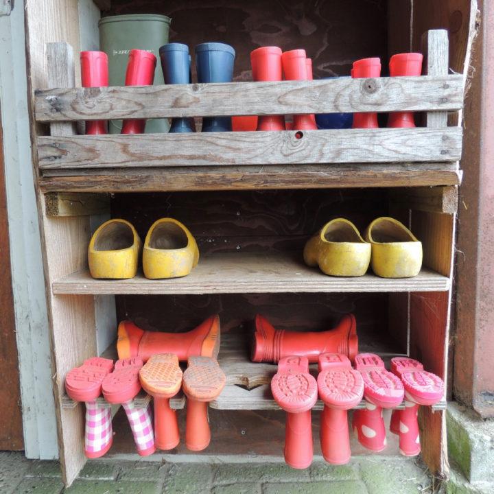 Rode laarsjes in een houten kast