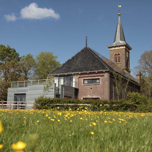 Vakantiehuis in de weide met kerk