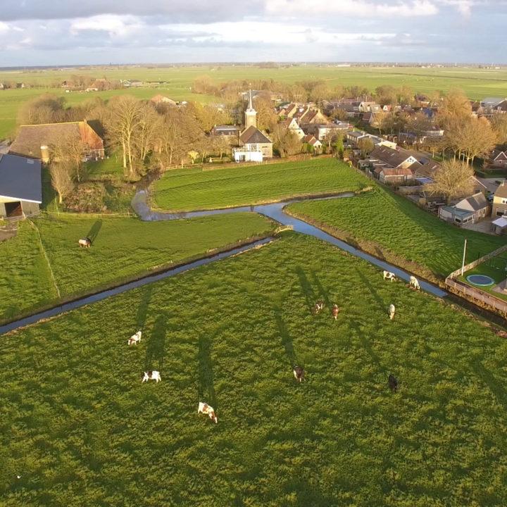 Drone-zicht van de weide boven een dorp