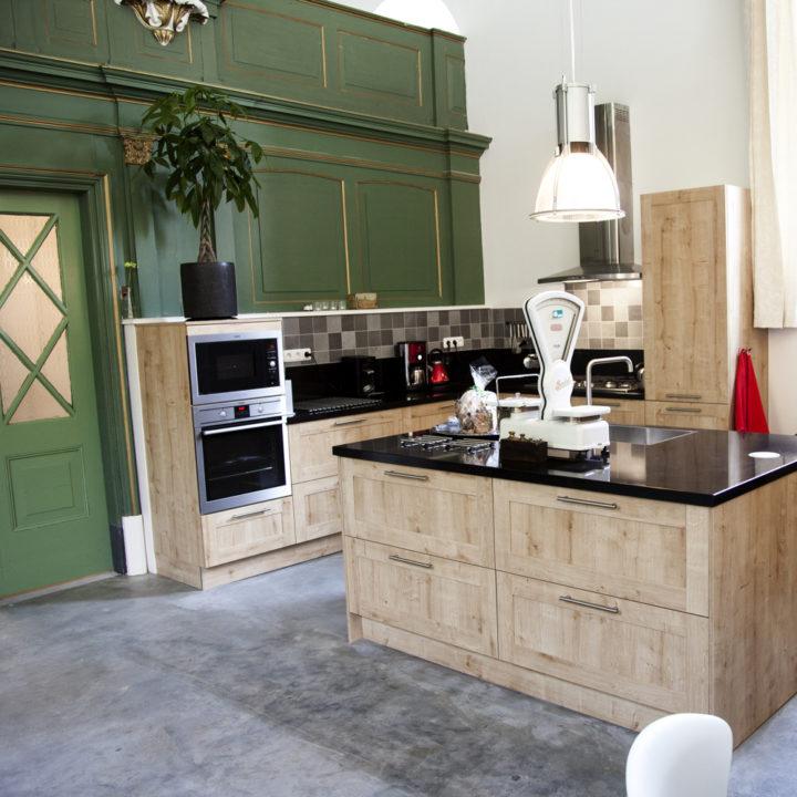 Keuken met houten lades