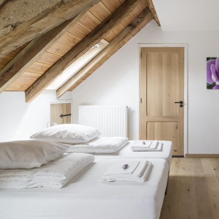 Slaapkamer onder het schuine dak