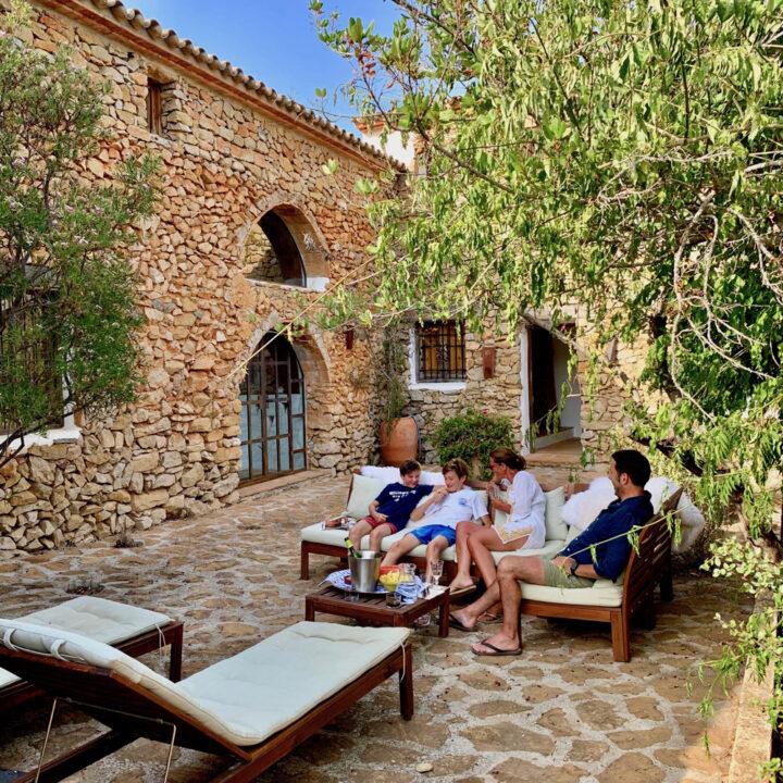 Loungebanken in de tuin bij het vakantiehuis in Spanje