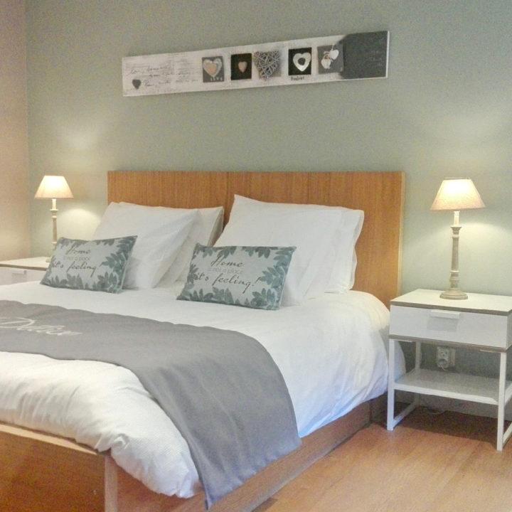 Lichte slaapkamer van een bed and breakfast
