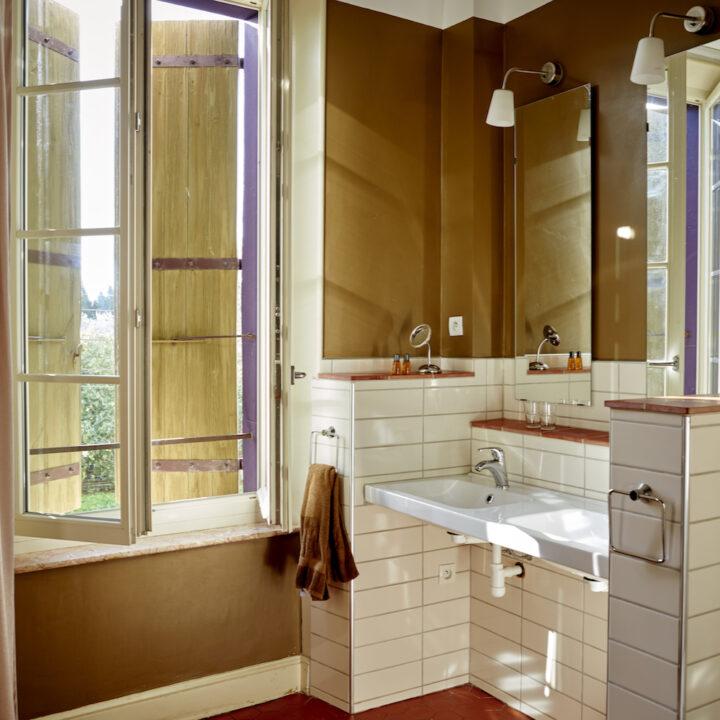 Fijne grote badkamer met bad en douche in het vakantieappartement.