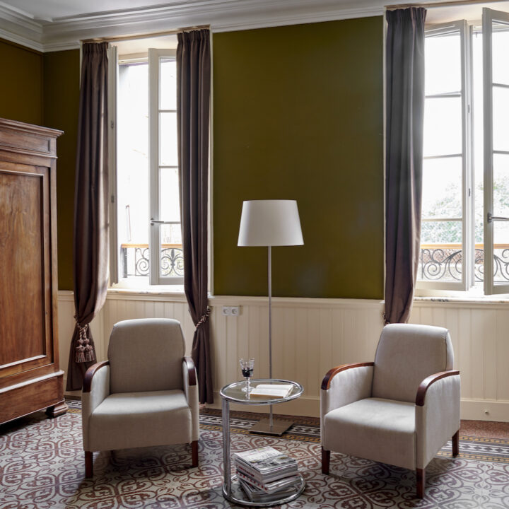 Zithoek met twee fauteuils in een van de bed & breakfast kamers