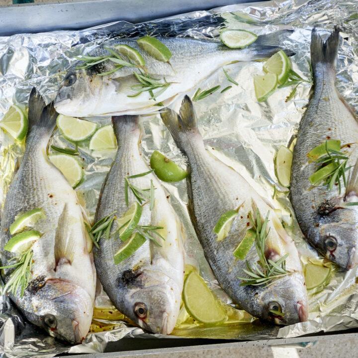 Vissen met limoen en kruiden in een ovenschaal