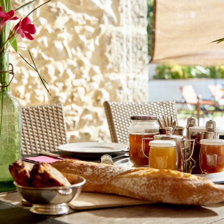 Ontbijt met honing, stokbrood en huisgemaakte jam