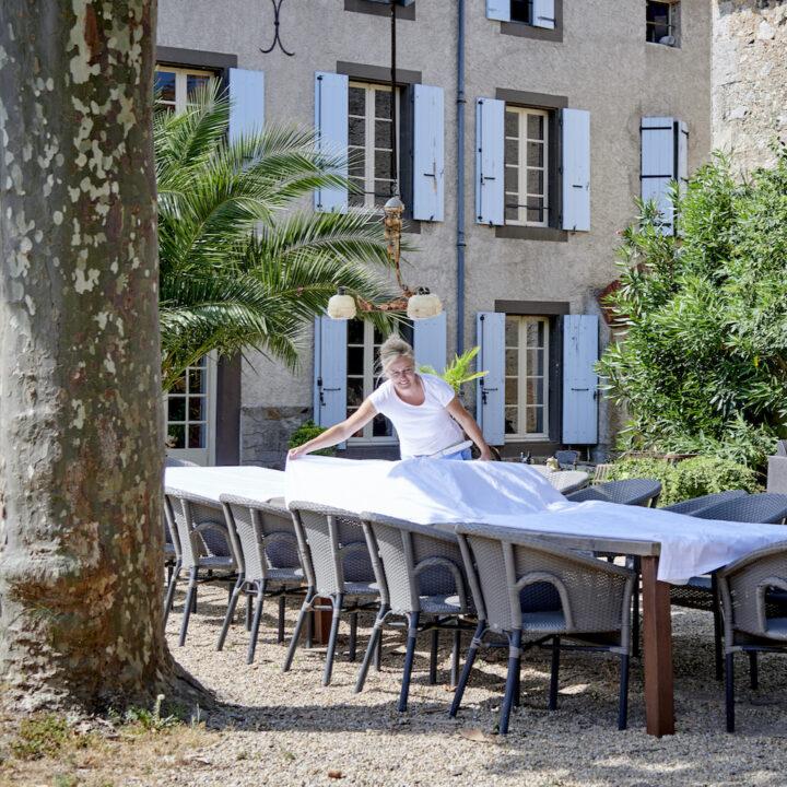 Onder een van de grote platanen staat een vier meter lange tafel voor heerlijke diners.