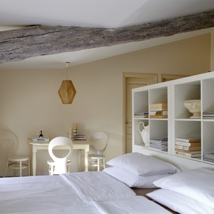 De familiekamer heeft een grote zit-slaapkamer, een mooie badkamer en aansluitend een aparte slaapkamer.