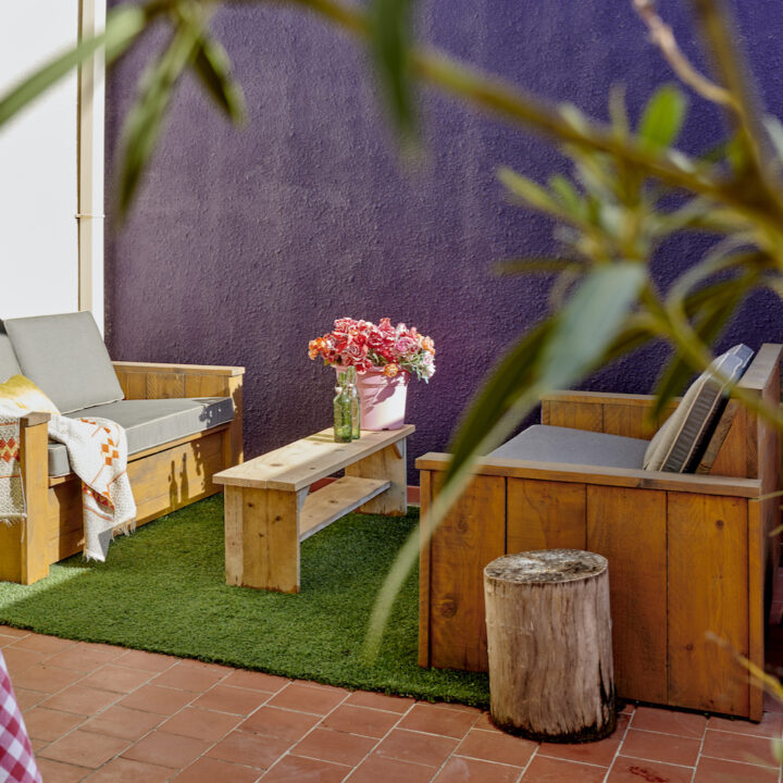 Terras voor de gasten met twee loungebanken
