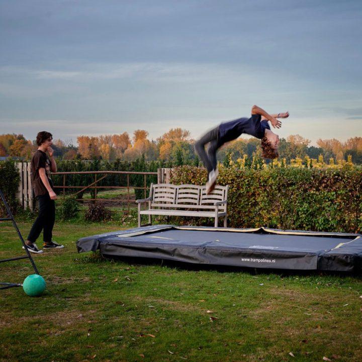 Twee tieners op een trampoline