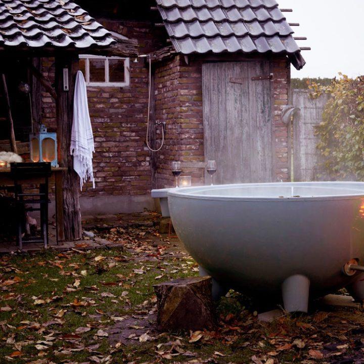 Dampende hot tub en een hamam doek op een haakje langs de muur