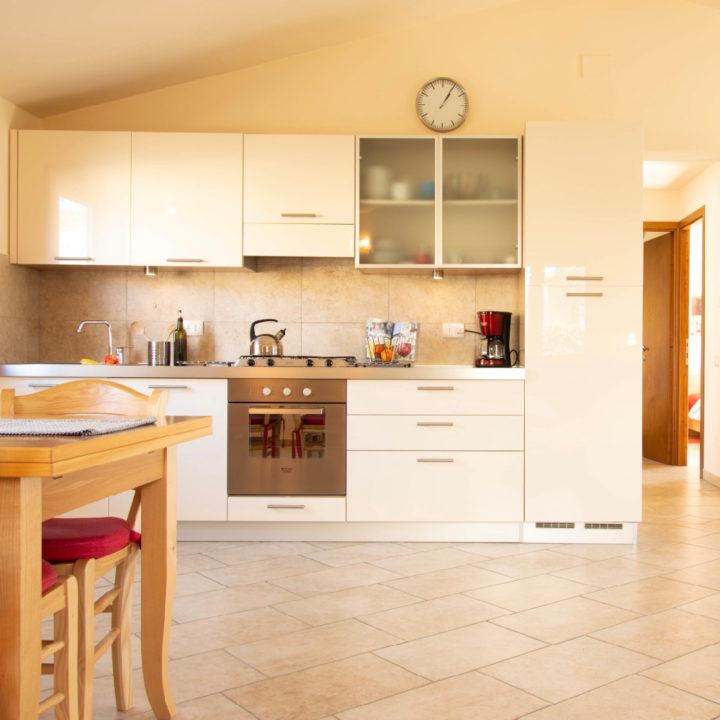 Witte moderne keuken in een vakantiehuis