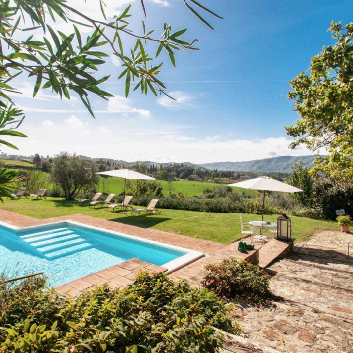 Zwembad in de tuin van een vakantiehuis