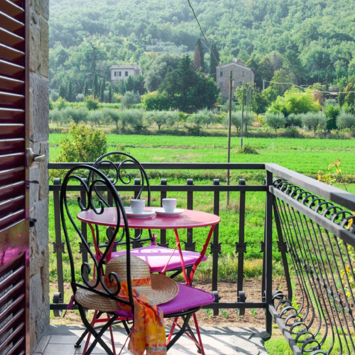 Balkon met stoeltjes en een tafel