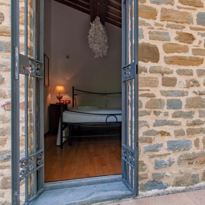 Slaapkamer met deur naar buiten