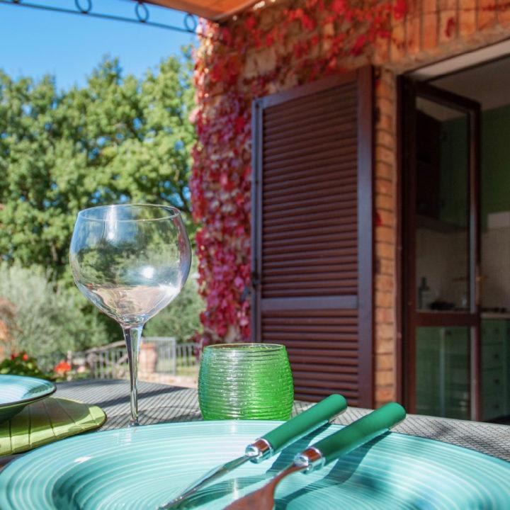 Vakantiehuis met openslaande deuren en eettafel buiten